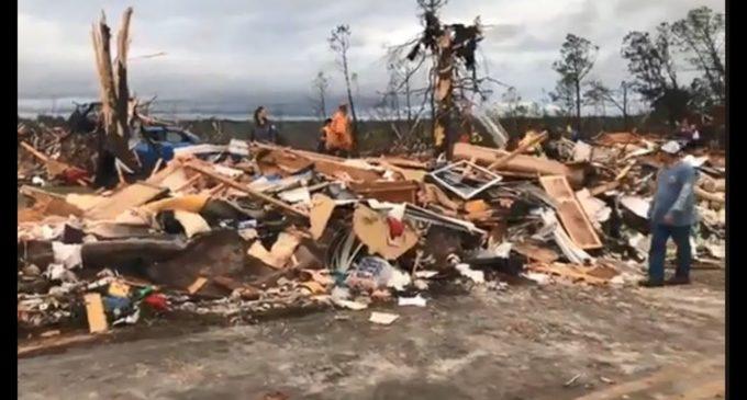EE.UU.: Voraz tornado causa más de 20 muertos en Alabama