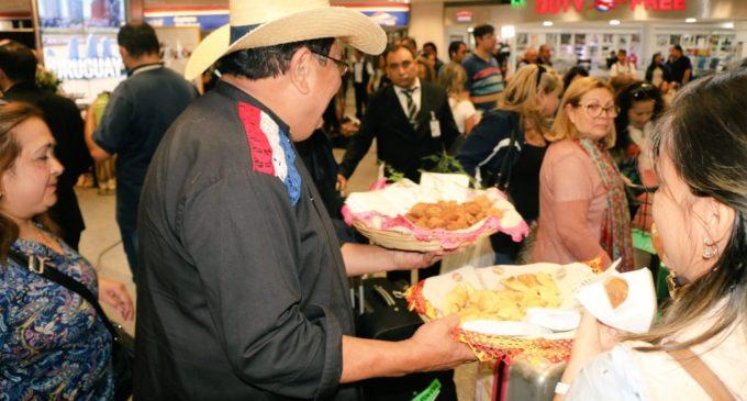 """Recibimiento """"a lo Paraguay"""" a pasajeros en el aeropuerto Silvio Pettirossi"""