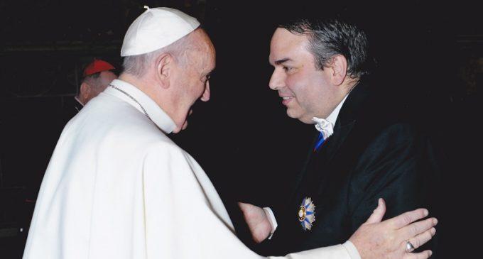 Ejecutivo destituye a embajador en El Vaticano