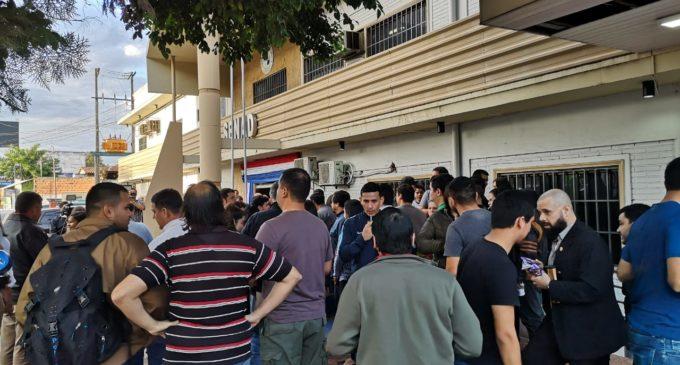 Funcionarios de SENAD protestan contra empleado que percibe sueldo de G. 14 millones sin título
