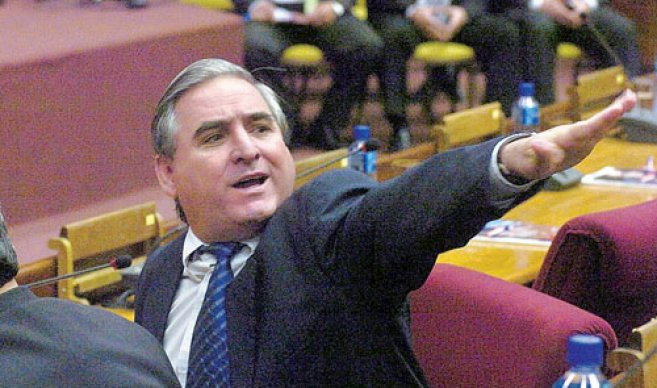 Espionaje a periodista: Senador dice que FF.MM. debe dar la cara
