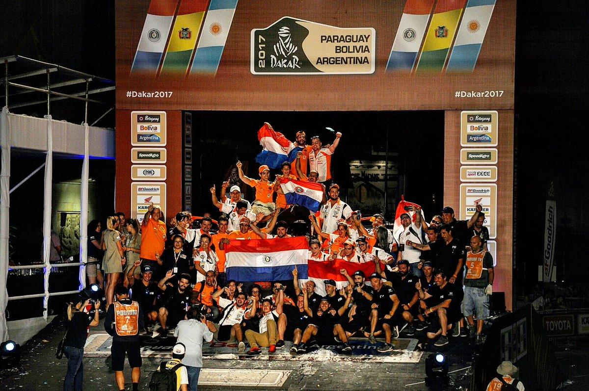 La bandera paraguaya se lució anoche en el podio del Dakar