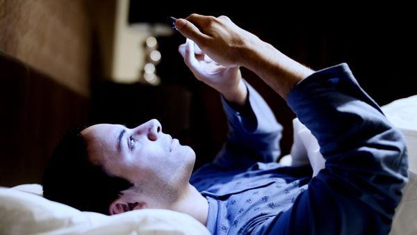 La peligrosa razón por la que nunca hay que usar el celular antes de dormir