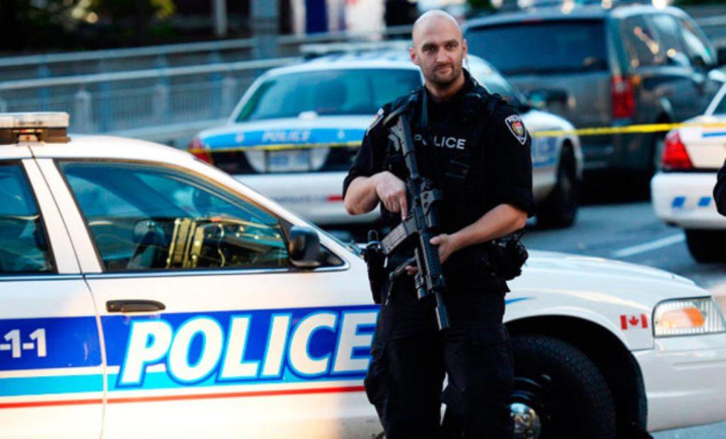 Escopetas, táser y bastones: el arsenal que lleva un policía en Canadá para mantener el orden