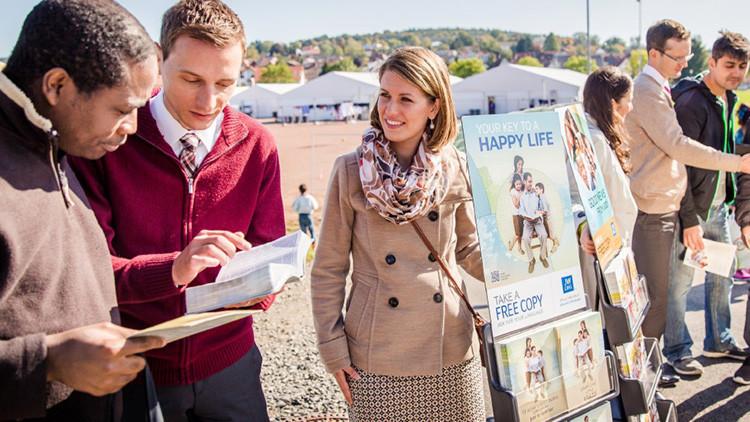 """Salir de ellos es como saltar desde un avión"": ex Testigo de Jehová revela por qué abandonó su fe"