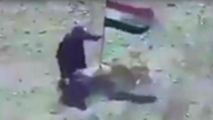 Terrorista del ISIS muere al intentar retirar una bandera iraquí en Mosul