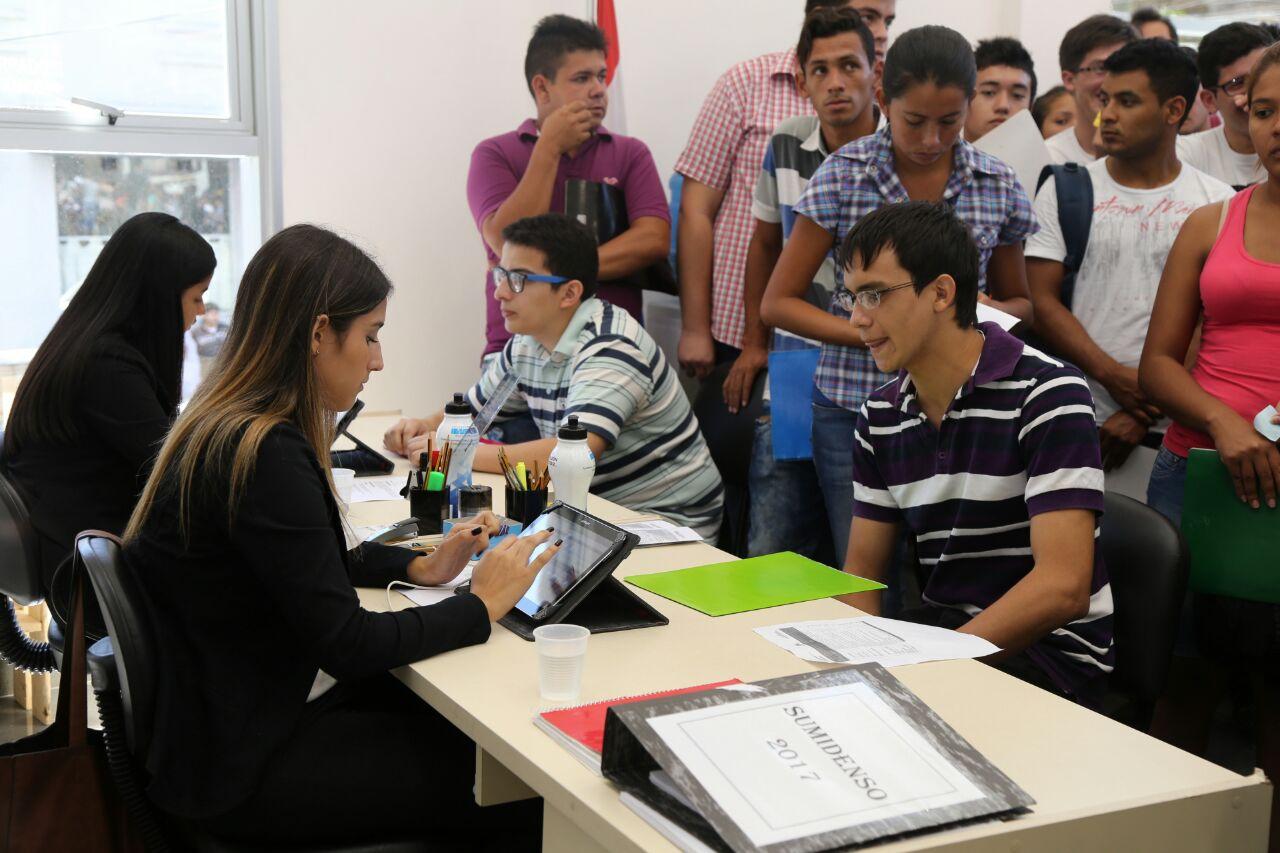 Es más complicado a jóvenes y adolescente conseguir trabajo, sobre toda a aquel que busca primer empleo