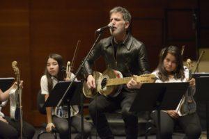 Mikel Erentxun, con la Orquesta de instrumentos reciclados en el Auditorio Kursaal de San Sebastián, España.