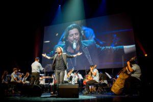 Manuel Carrasco actuando junto a la Orquesta de Instrumentos Reciclados de Cateura en el concierto ofrecido en el Teatro Real de Madrid.