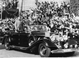 Benito Mussolini y Adolf Hitler en el vehículo subastado