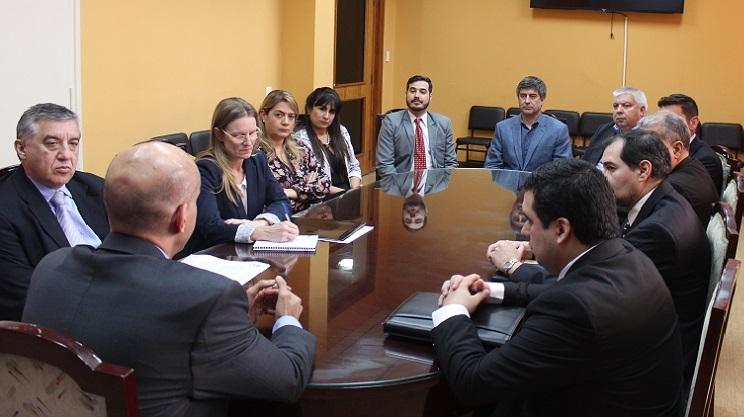 Siguen negociaciones entre farmacéuticas y Gobierno