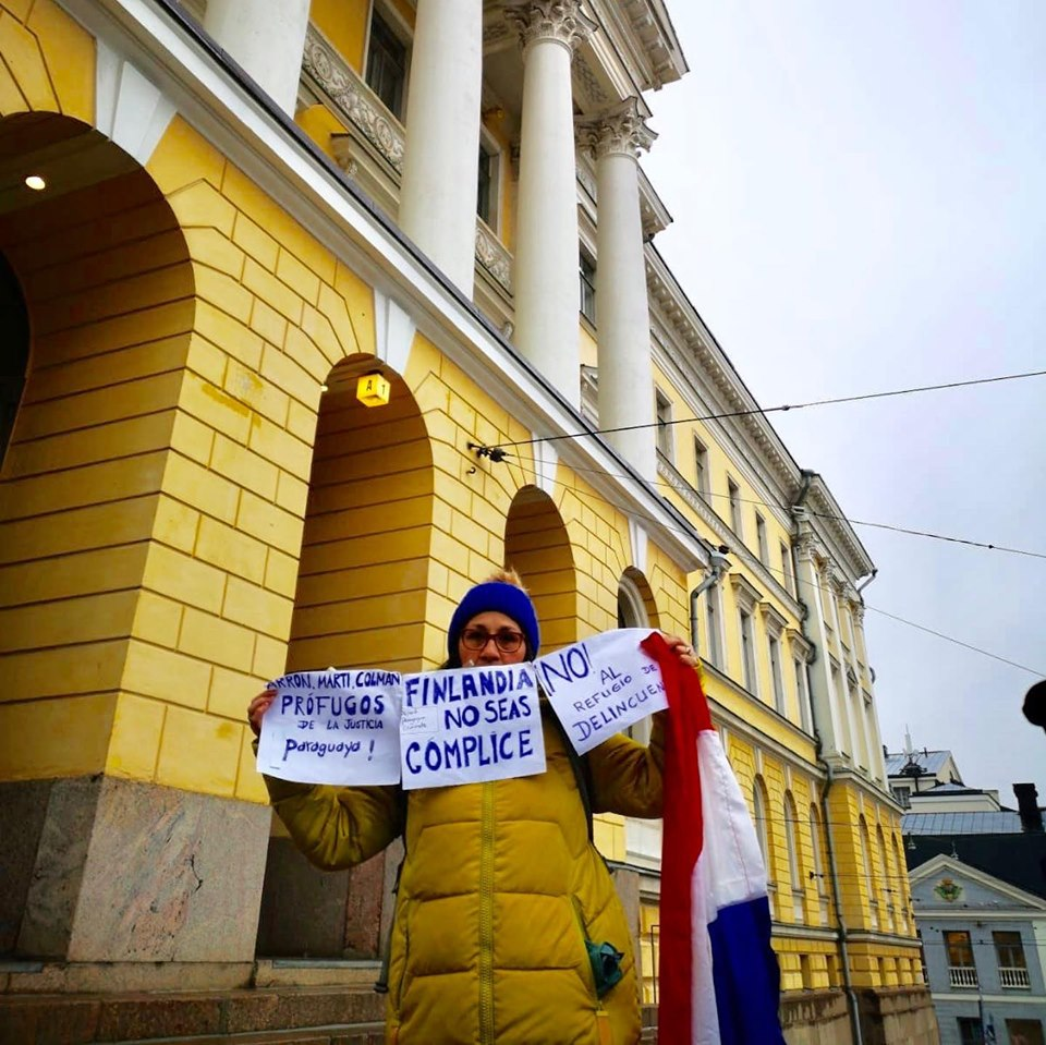 Paraguaya se manifiesta frente a Congreso de Finlandia en repudio a refugio para Arrom y Martí