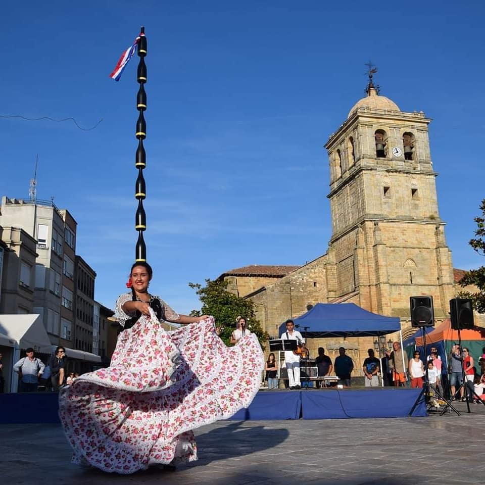 Erika Vega sorprendió en España con la danza paraguaya con diez botellas en la cabeza - launion.com.py