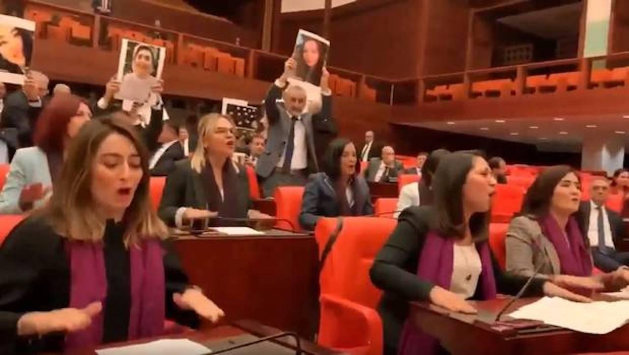 """""""El violador eres tú"""" irrumpe en el Parlamento turco"""