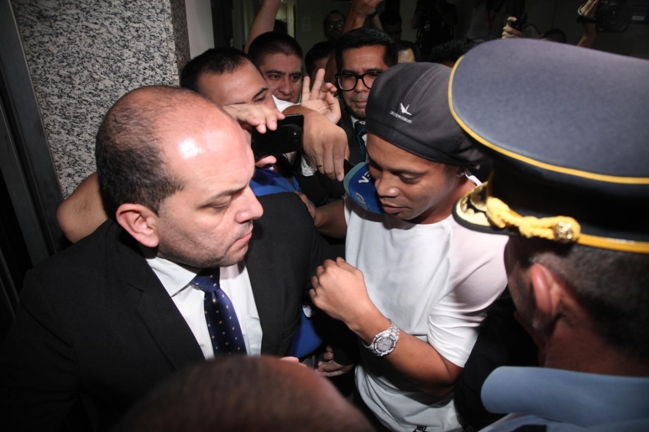 Ronaldinho y su hermano fueron detinidos y guardan reclusión en la Agrupación Especializada de PN