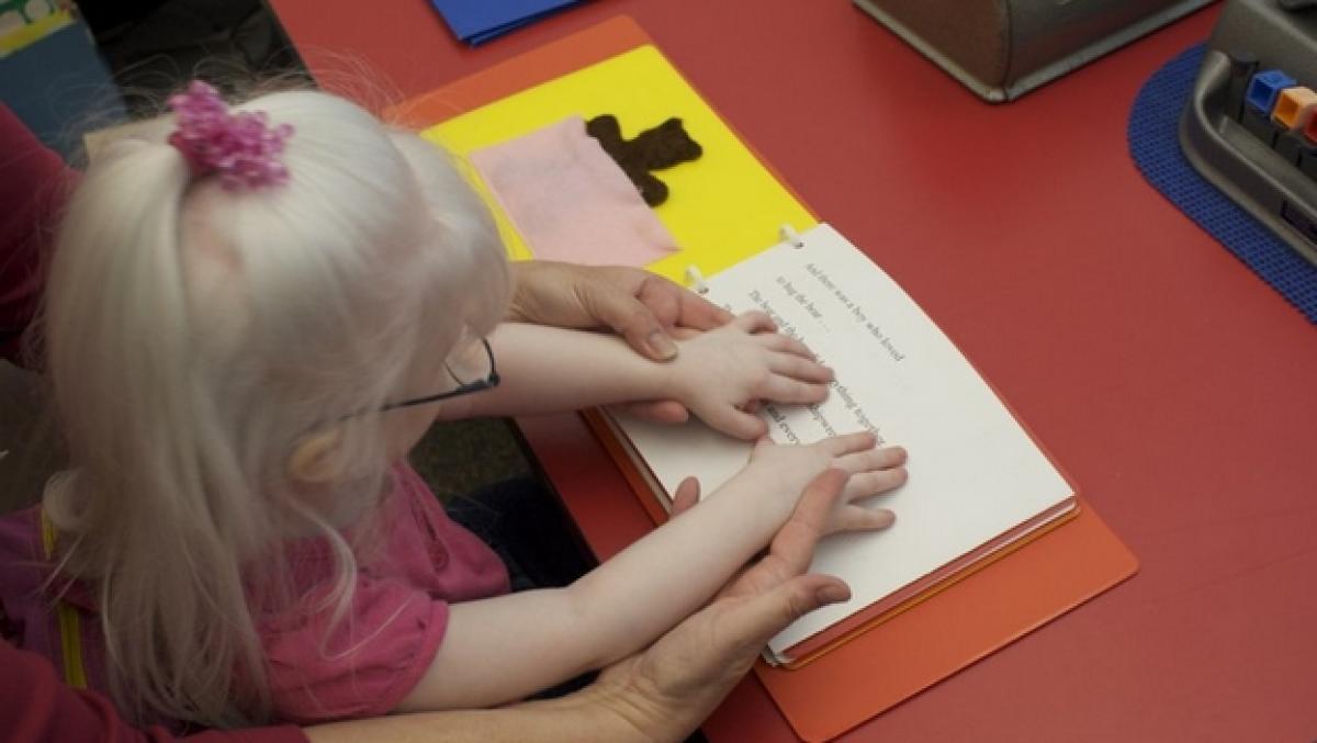 Preparan libros inclusivos de cuentos clásicos infantiles en Braille