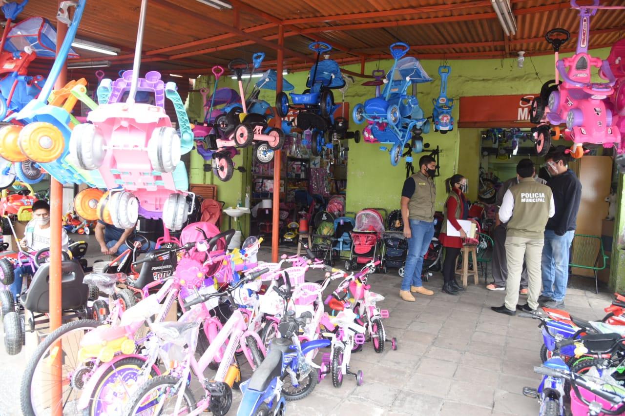 Municipalidad Asunción notifica a comercios que ocupan vereda indebidamente