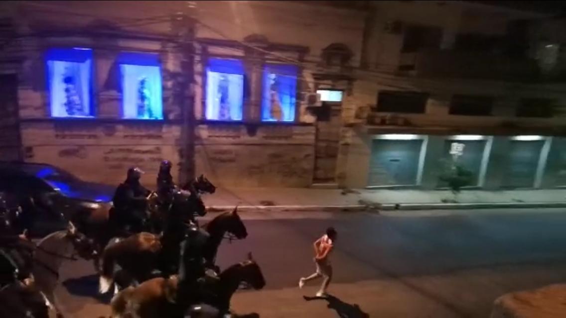 Abuso policial: Joven fue obligado a correr frente a caballos tras ser detenido durante la manifestación