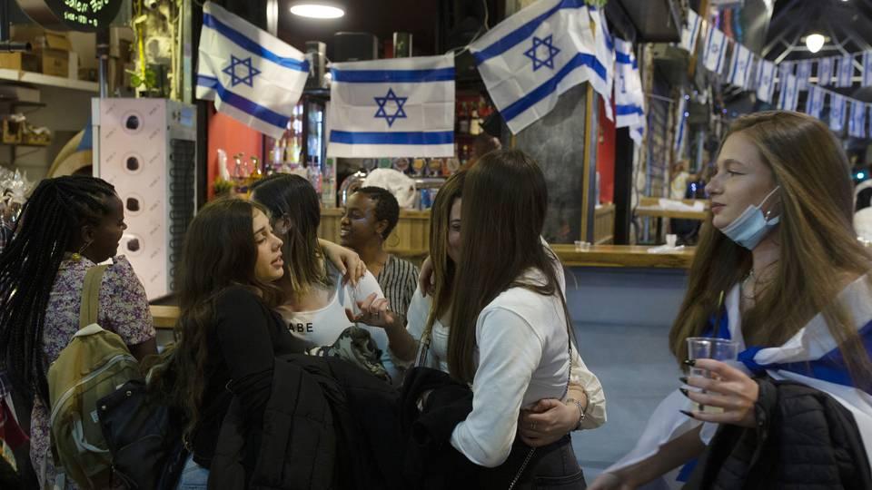 Tras cerrarse el país por un año, desde este domingo dejará de ser obligatorio el uso de tapabocas en lugares públicos: el ejemplo exitoso de Israel contra la pandemia contado por un médico