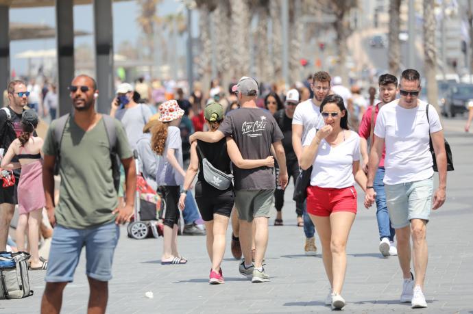 Israel se quita la mascarilla en las calles y retoma las clases presenciales rumbo hacia la normalidad