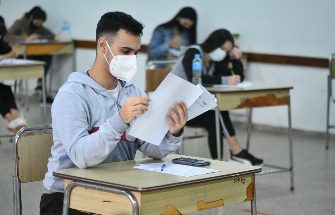 Becas Itaipú: Soló el 38% de los postulantes logró aprobar los exámenes