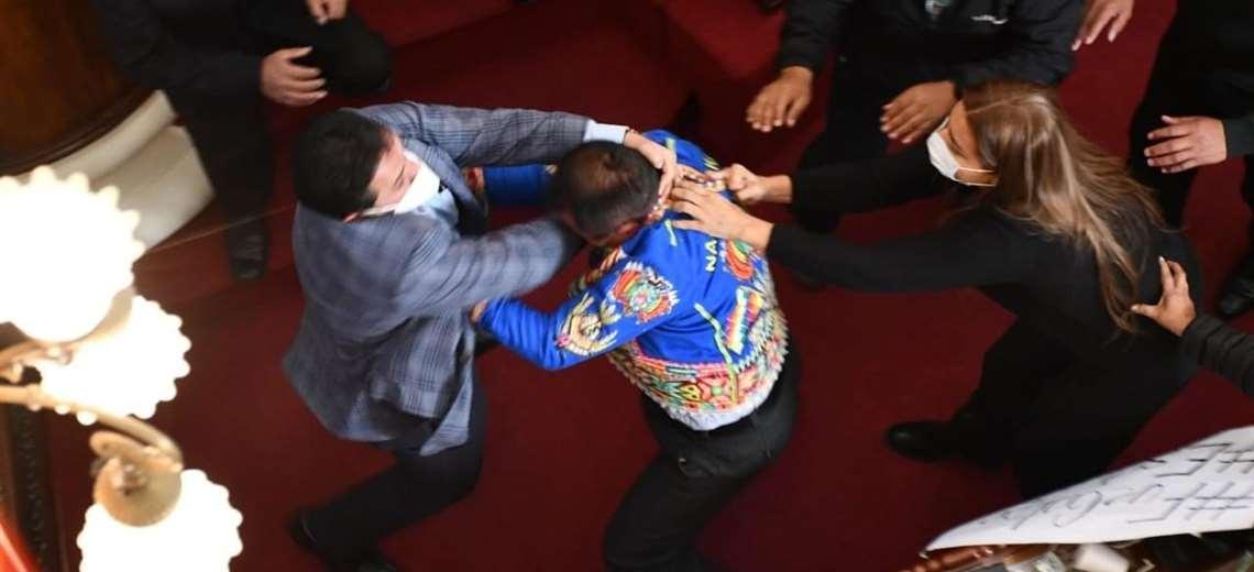 Escandalosa pelea en el Congreso entre oficialistas y opositores bolivianos