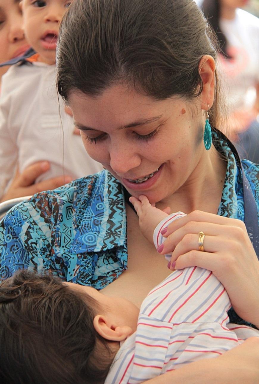 Mujeres lactantes pueden inmunizarse contra COVID-19 con vacunas disponibles en el país