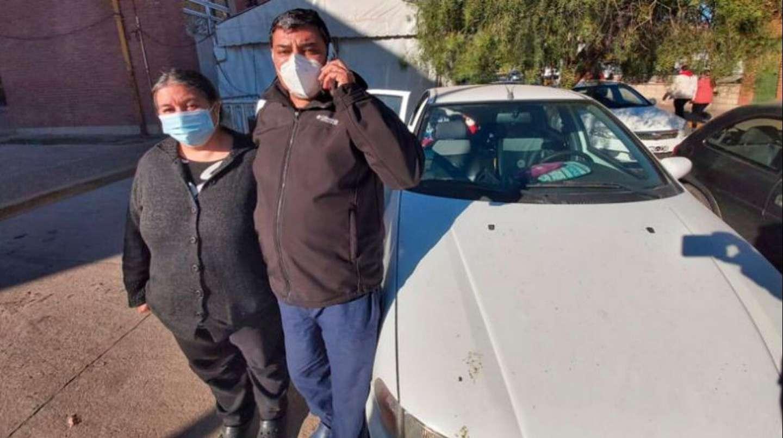 La historia de los padres que desde hace 45 días duermen en un auto en las afueras de un hospital esperando que su hijo se recupere