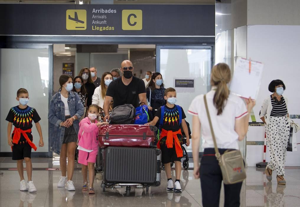 Más de cien países cierran sus fronteras e imponen restricciones ante el avance de la variante Delta