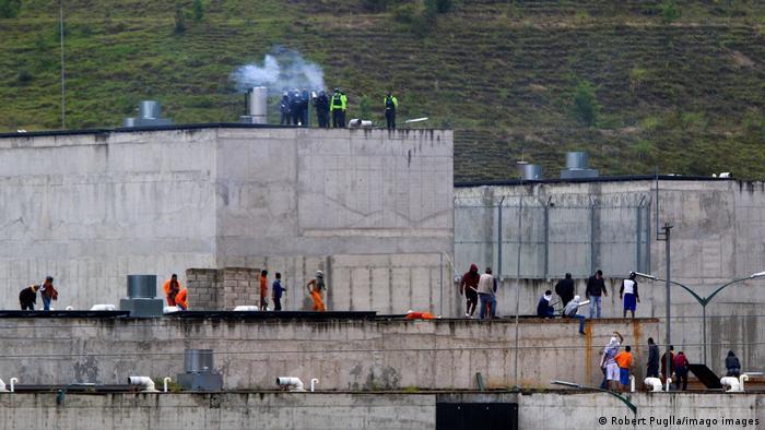 """Al menos 116 muertos por motín """"en la peor masacre carcelaria de Ecuador"""""""