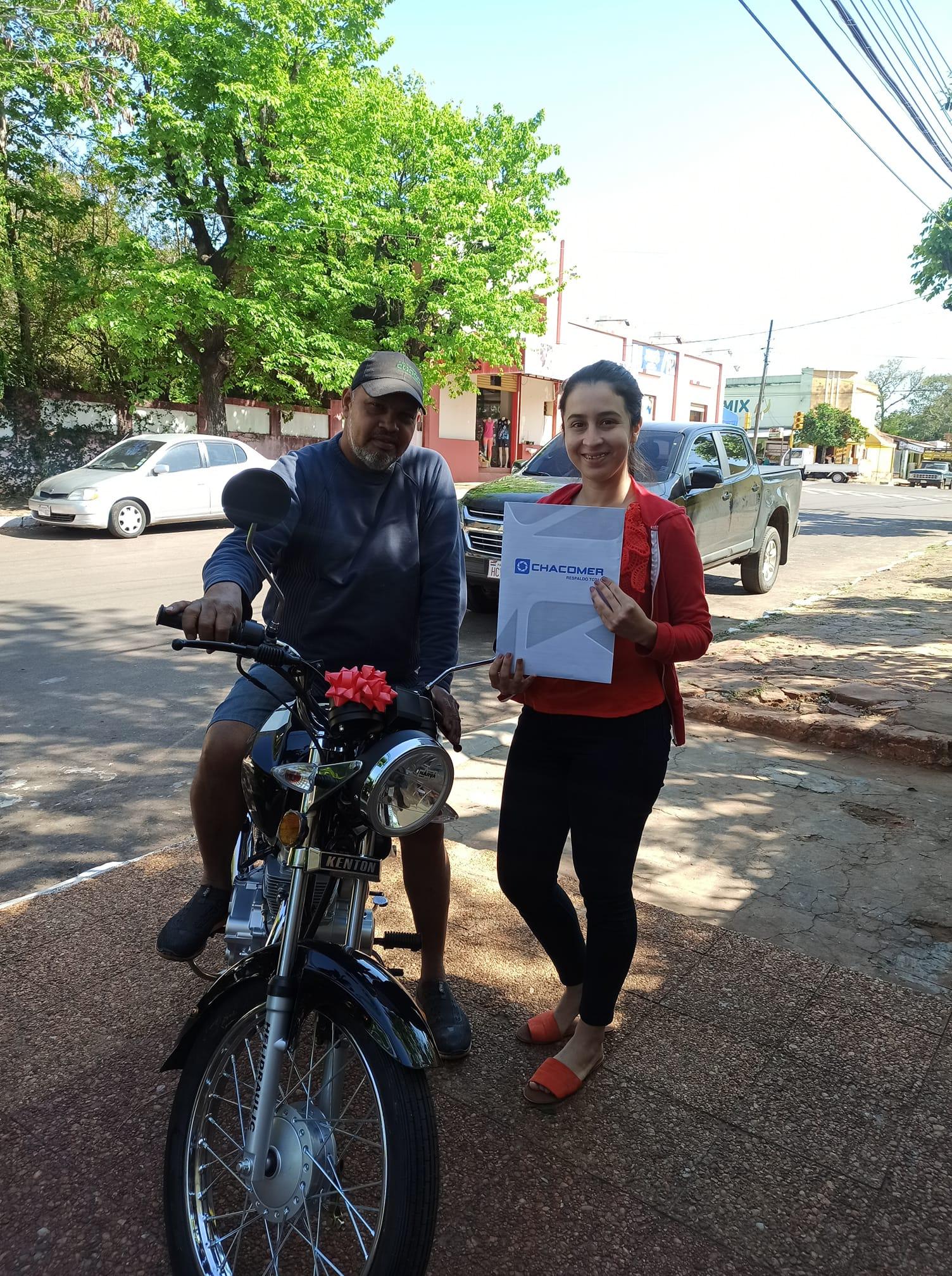 Arreglando zapatos su padrastro le pagó sus estudios y ella le agradece regalándole una moto