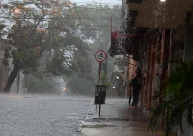 Lluvias y tormentas continuarán durante el viernes